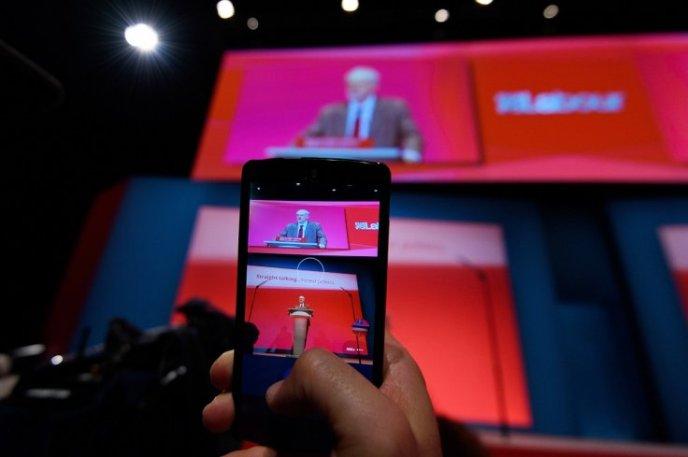 jeremy corbyn smartphone